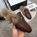 women chaussures gucci en cuir plat en peluche slippers buckle brown